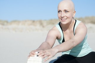 vrouw met kanker die yoga doet